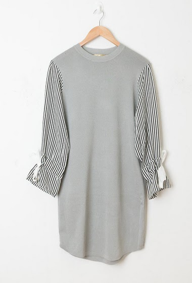 Bi-material dress, sleeves with stripes, tie detail, regular fit. The model measures 174cm, one size corresponds to 38-40
