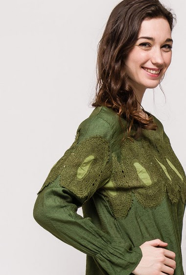 Blouse with long sleeves. The model measures 177cm and wears S. Length:63cm