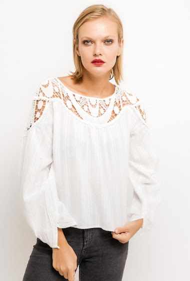 Striped blouse, lace detail and embroideries, flared fit. The model measures 177cm and wears S. Length:55cm