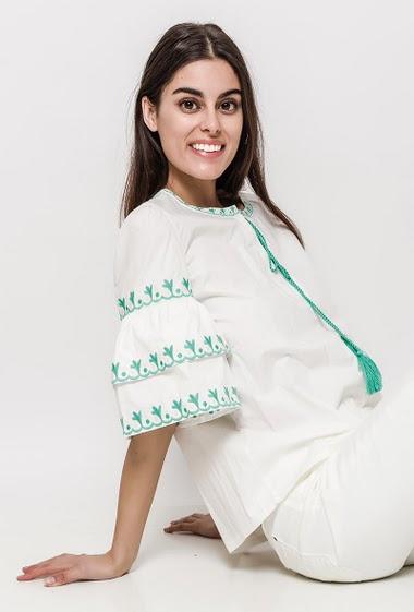 Blouse coton ornée de broderies. La mannequin mesure 176cm et porte du S. Longueur:60cm
