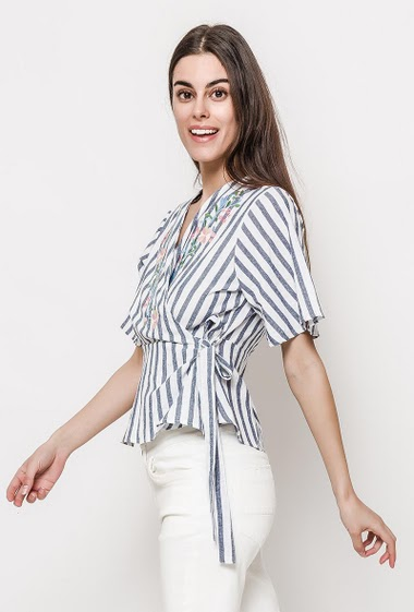 Striped blouse, embroidered flowers, cross fit, short sleeves. The model measures 176cm and wears S. Length:58cm