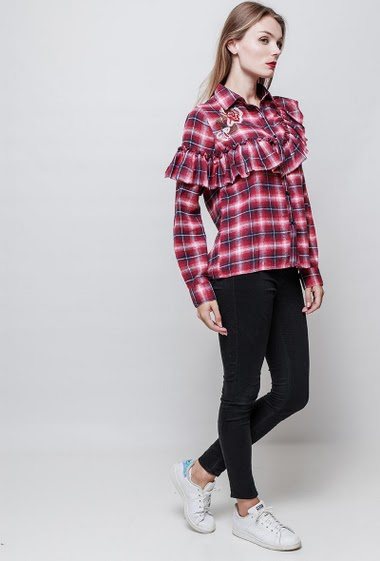 Checked ruffle shirt. The model measures 177 cm and wears S