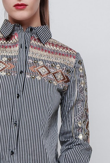 Striped shirt, embroideries, mirror strass, classic fit. The model measures 176cm and wears S