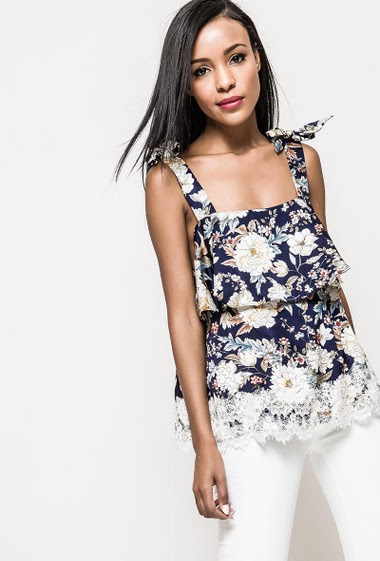 Tank top with tie straps, printed flowers, lace border. The model measures 172cm and wears S. Length:60cm