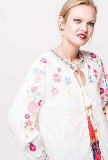 Jacket with embroidered flowers. The model measures 178cm and wears S. Length:55cm