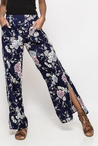 Pantalon large avec fleurs imprimées et fentes, taille élastique. La mannequin mesure 172cm et porte du S