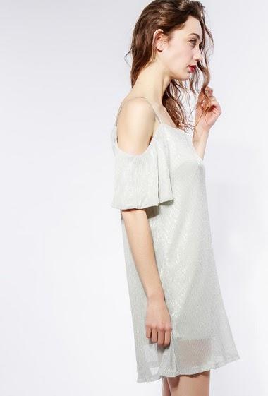 Robe irisée, idéale pour les fêtes. Le mannequin mesure 177cm et porte du S