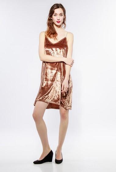 Robe avec bretelles en strass, idéale pour les fêtes. Le mannequin mesure 177cm et porte du S