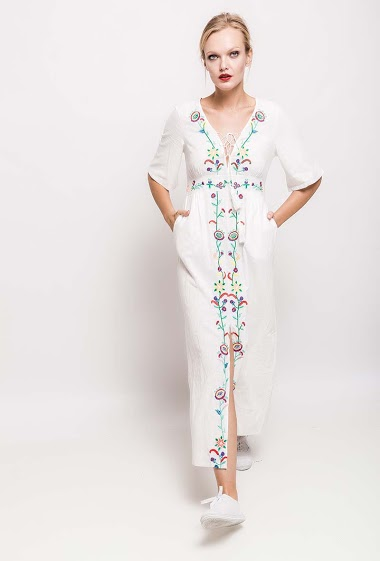 Dress with split, embroidered flowers, lace-up V neck. The model measures 178cm and wears S. Length:135cm