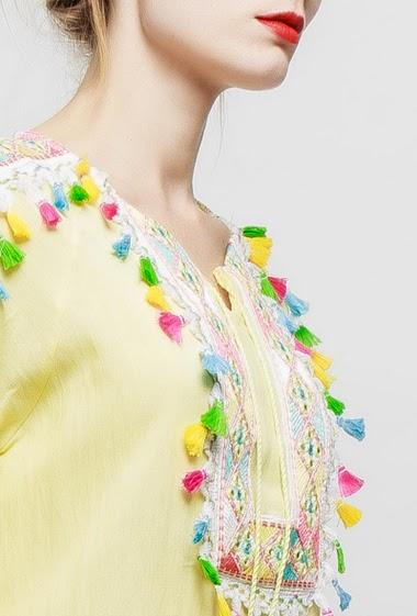 Robe ornée de broderies et pompons colorés, manches courtes , coupe droite