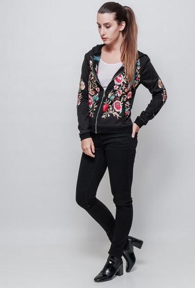 Sweat zippé à capuche, fleurs brodées, poches, coupe décontractée. La mannequin mesure 176cm et porte du S