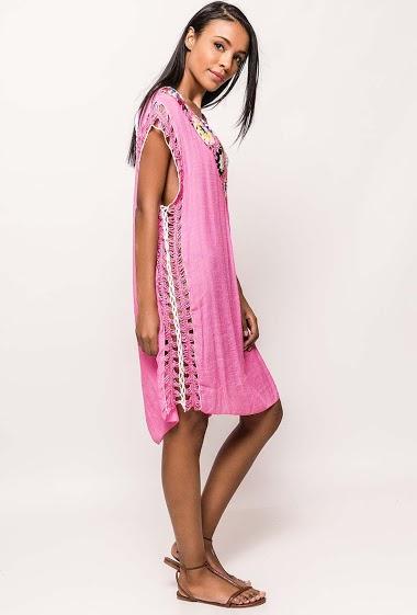 Tunique légère, manches courtes, crochet, dos nu. La mannequin mesure 172cm et porte du S/36. Longueur:98cm
