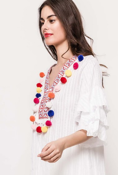 Tunic with 3/4 sleeves, ruffleS. The model measures 176cm and wears S. Length:85cm