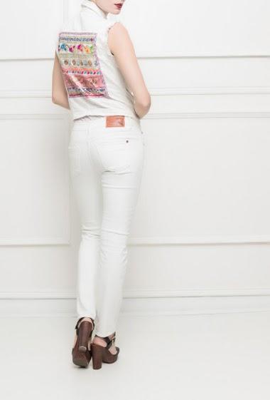 Veste sans manches en jean, bordures effilochées, dos brodé et avec sequins, col avec perles, coupe droite