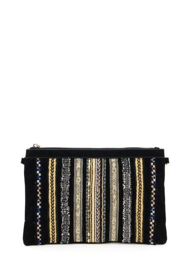 Pochette ornée de broderies, fermeture zippée, possibilité de porter en bandoulière. (Longueur x Largeur x Hauteur: 32.5x1x22 cm)