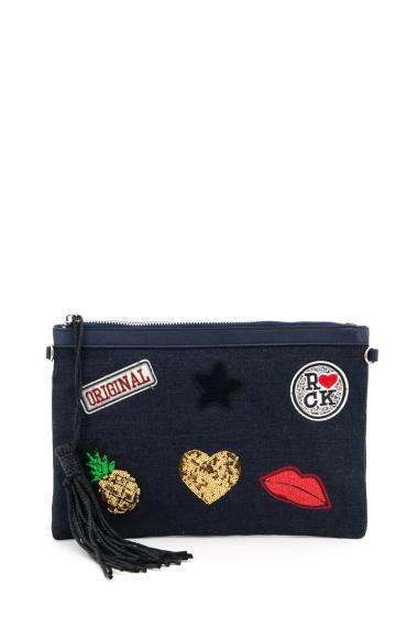 Pochette zippée avec pompon, badges brodés et ornés de sequins, possibilité de porter avec une bandoulière, poches intérieure zippée. (Longueur x Largeur x Hauteur: 32x1x22 cm)