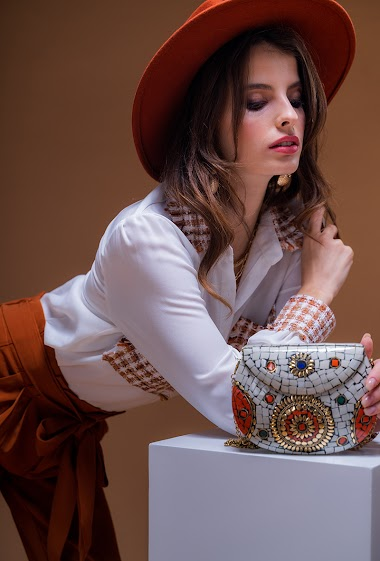 The Jewel Bag is to be worn on the shoulder or across the body, its metal and mother-of-pearl mosaic panels make this product unique, perfect for a bohemian look. Dimensions 18 * 3.5 * 14cm