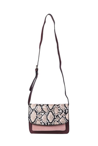 Tricolour pouch bag with two pocket inside. The first pocket can be close with a zip. The snake print flap close the bag on the second pocket. The bag also have a matching strap and can be worn cross or shoulders Dimensions: 23*6*16