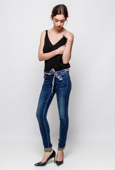 Slim jeans, printed belt. The model measures 177cm and wears S
