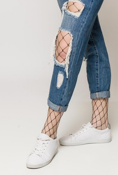 Boyfriend jeans, fishnet tights. The model measures 175cm and wears S