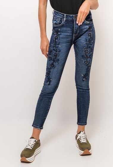 Skinny jeans, embroideries, strass. The model measures 175cm and wears S