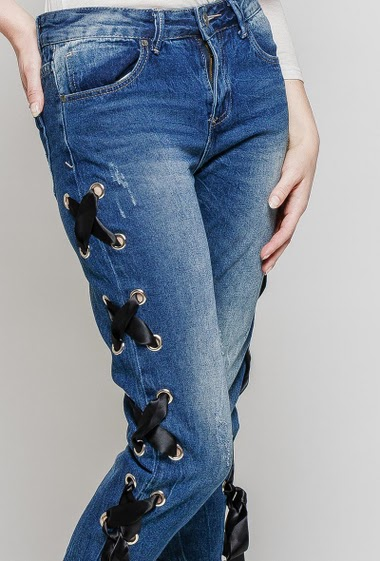 Jeans with metallic eyelets, satin lace-up side, slim fit. The mannequin measures 174 cm and wears  S