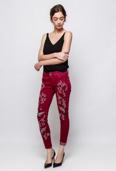 Pantalon orné d'oiseaux brodés et strass, coupe skinny. La mannequin mesure 177cm et porte du S