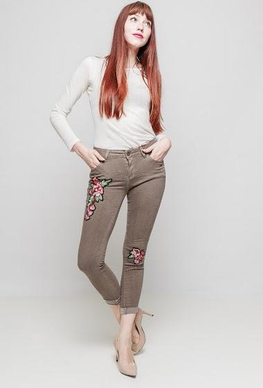Pantalon avec patch fleurs, broderies, perles nacrées, coupe skinny. La mannequin mesure 174 cm et porte du S
