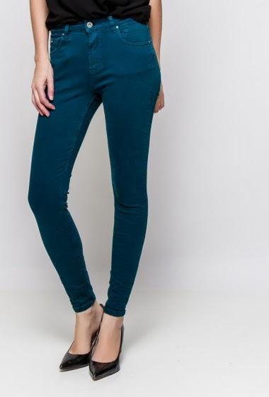 Pantalon skinny. La mannequin mesure 177cm et porte du S