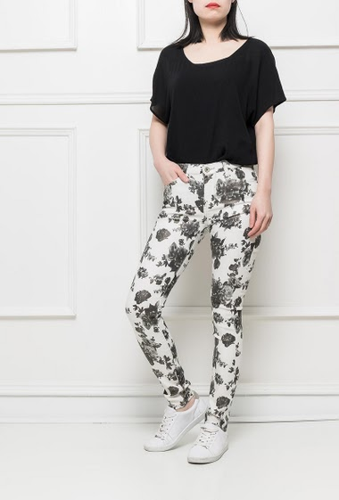 Shiny pants with blanc and white flowers, stretch fabric, slim fit