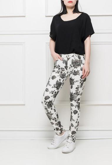 Pantalon paillette avec fleurs imprimées noires et blanches, matière stretch, coupe slim