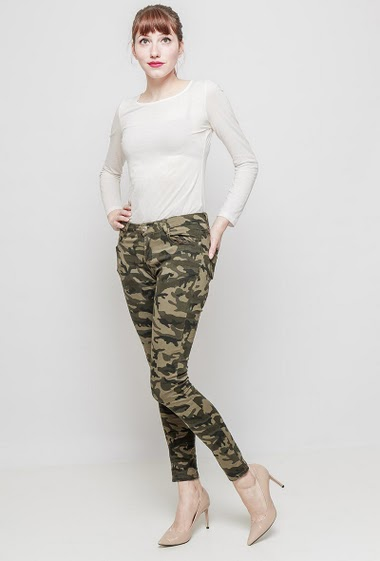 Army pants with military pattern, slim fit. The mannequin measures 174 cm and wears S