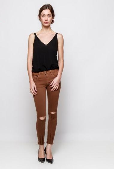 Pantalon déchiré, bords bruts, coupe slim. La mannequin mesure 177cm et porte du S