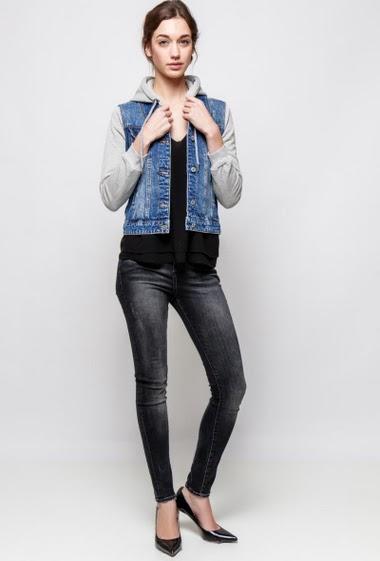 Veste en jean avec sweat intégré. La mannequin mesure 177cm et porte du S