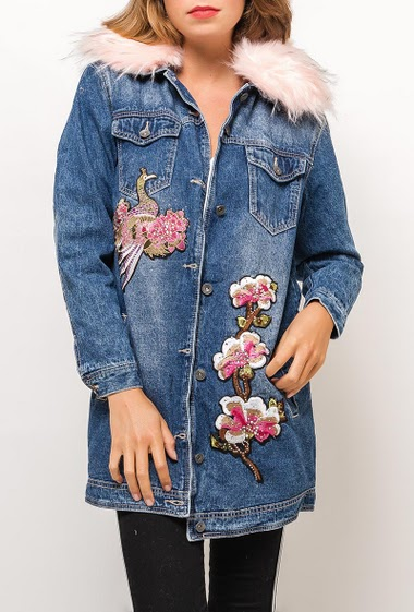 Long embroidered rhinestone jacket with pink fur, removable collar. The model measures 175cm and wears S/M. Length:80cm