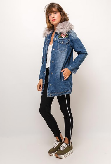 Long embroidered rhinestone jacket with grey fur, removable collar. The model measures 175cm and wears S/M. Length:80cm