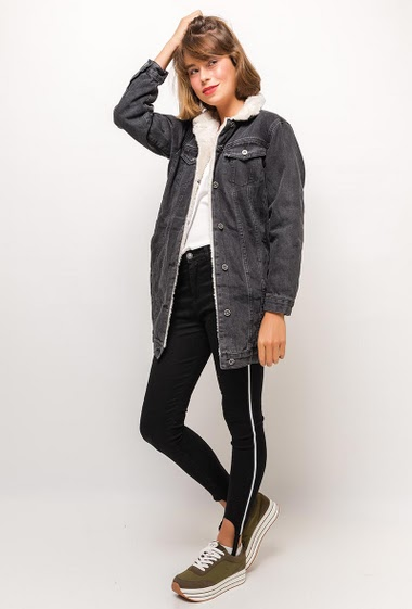 Denim jacket with fur inner. The model measures 175cm and wears S/M. Length:75cm