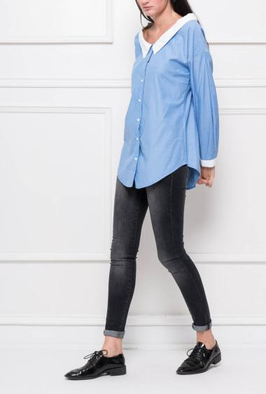 Feminine buttoned shirt with contrasting collar