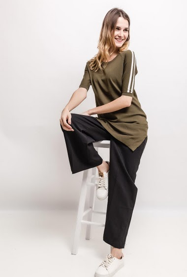 Short sleeve seater, side split. The model measures 170cm, one size corresponds to 10/12(UK) 38/40(FR)