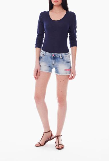Denim shorts with frayed hem and pink zip
