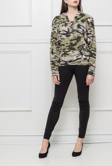 Chemise à col V lacé, imprimé camouflage, taille élastiquée
