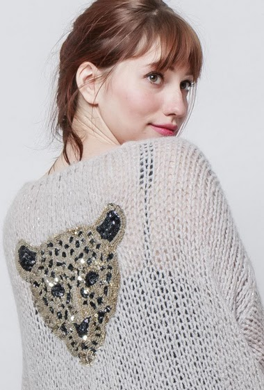 Knitted cardigan with lurex, soft mesh, open front, back with sequined tiger, loose fit. The mannequin measures 174 cm, one size corresponds to 38/40