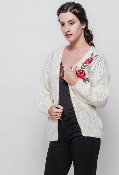 Knitted cardigan, open front, embroidered flowers patch, casual fit. The model measures 176cm, one size corresponds to 38/40