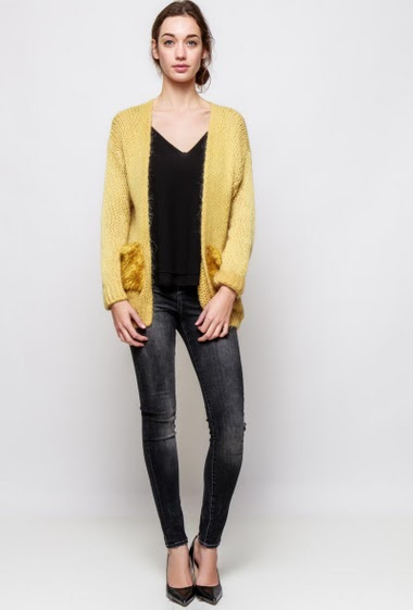 Knitted cardigan, open front, fur pockets, regular fit. The model measures 177cm, one size corresponds to 38-40