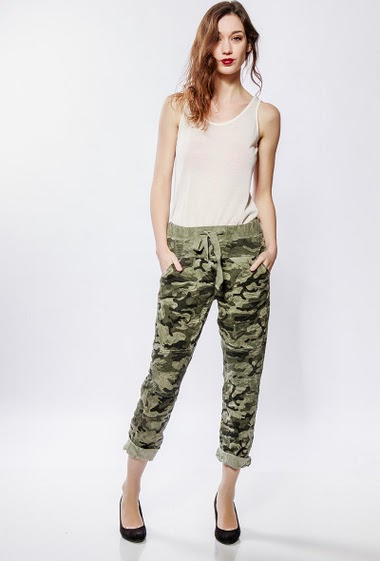 Pants with military pattern, pockets. The model measures 177cm, one size corresponds to 38-40