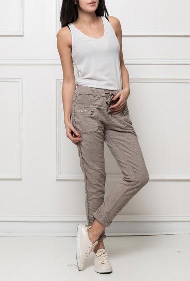 Pantalon confortable en molleton avec  zips, biais argent sur les côtés