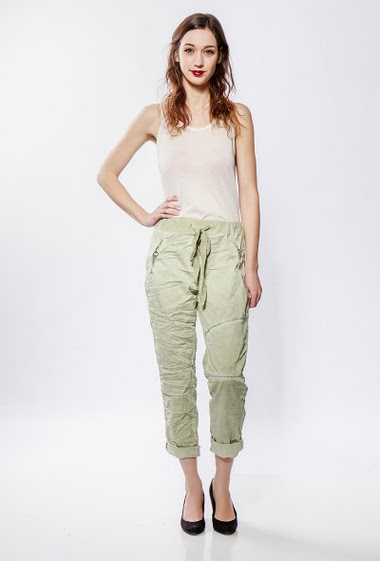 Bi-material pants, fleece back, wrinkled effect, lurex detail, zipped pockets. The model measures 177cm, one size corresponds to 38-40