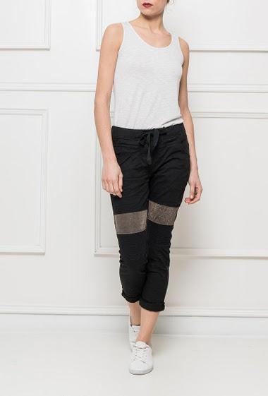 Pantalon décontracté avec taille élastique, empiècement brillant aux genoux