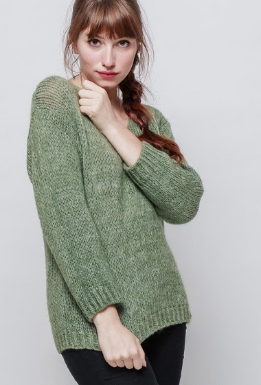 Knitted classic sweater, V neck, long sleeves, casual fit. The mannequin measures 174 cm, one size corresponds to 38/40