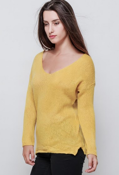 Knitted sweater, V neck, scoop back, classic fit. The model measures 176cm, one size corresponds to 38/40